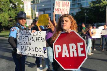 Plantón móvil de la Colectiva Feminista en Construcción a la entrada del Viejo San Juan contra la violencia de género