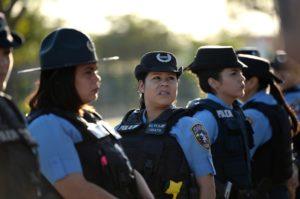 Mujeres policías en manifestación contra violencia de género