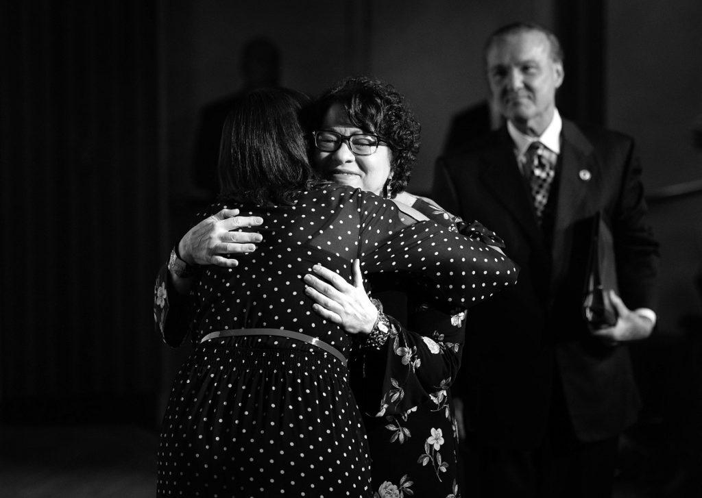 La juaza asociada del Tribunal Supremo de Estados Unidos, Sonia Sotomayor, abraza a la decana de la Escuela de Derecho de la Universidad de Puerto Rico, Vivian Neptune.