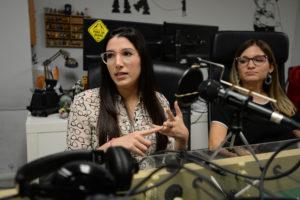 Paola Medina Prieto y Renata Beca, conductoras del podcast Puestas Pal Problema