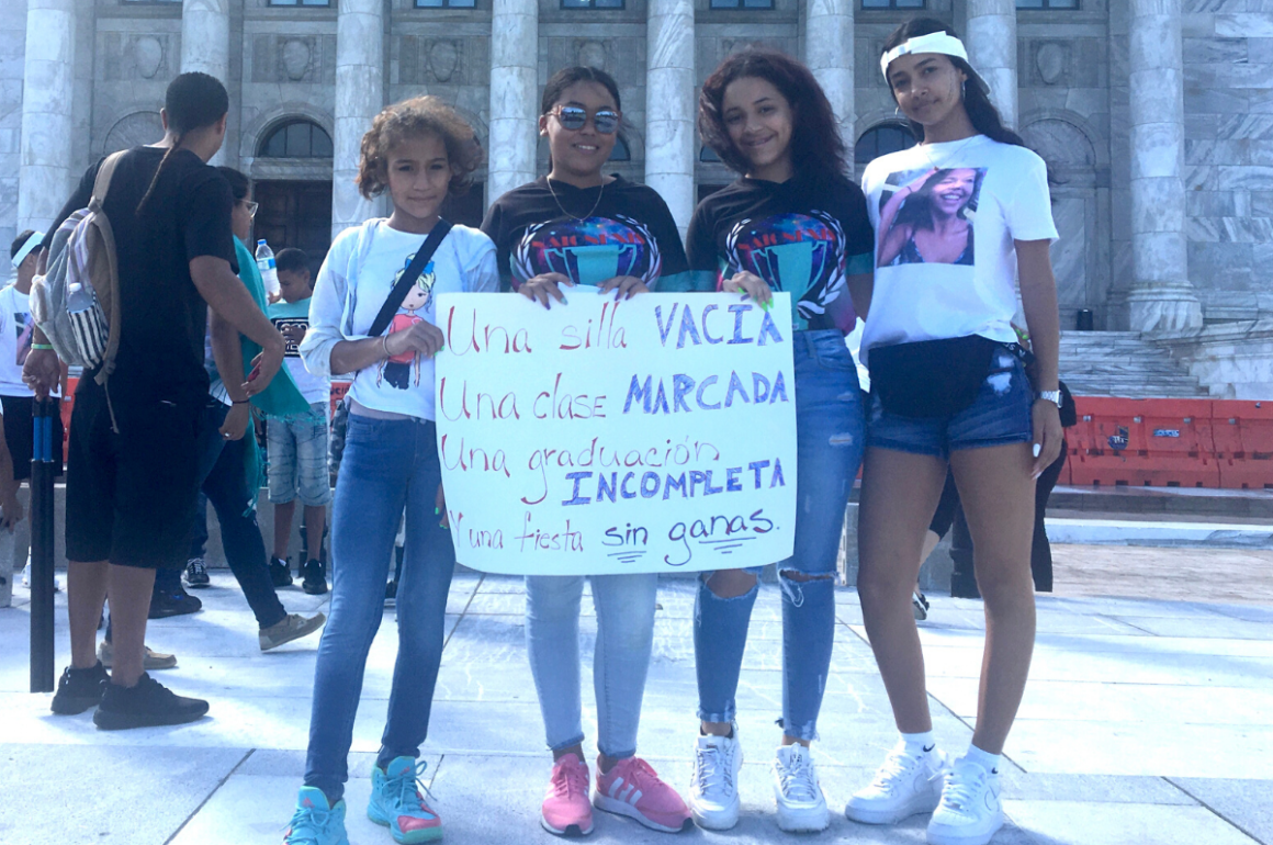 Jóvenes viequenses reclaman justicia para su compañera Jaideliz Moreno Ventura, quien murió ante la falta de servicios de salud dignos.