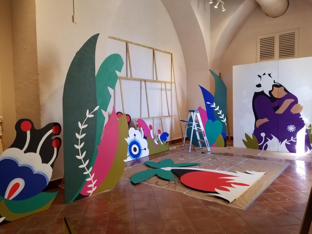 Artista Elizabeth Barreto honra a víctimas de feminicidios en el Museo de las Américas